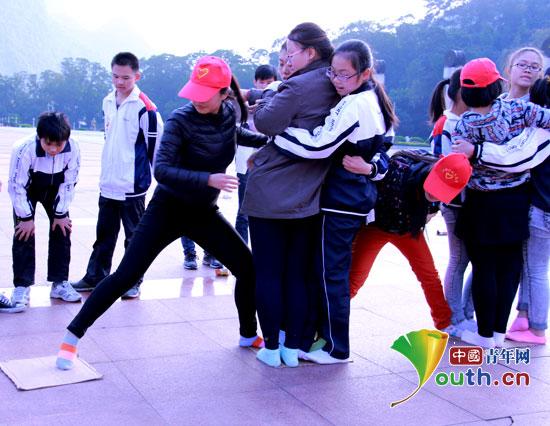 """东兰县志愿者与学生合作完成""""强渡大渡河""""任务"""