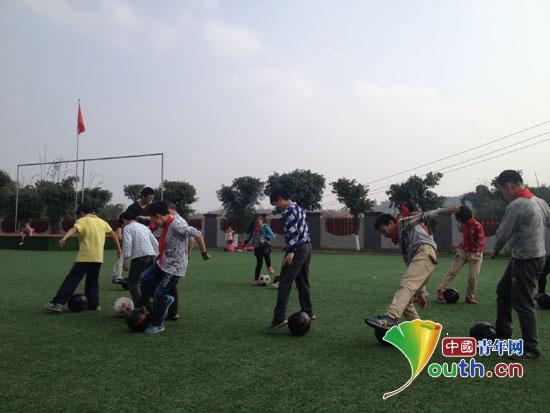 山东师大支教团组建足球队促小学生全面发展图片