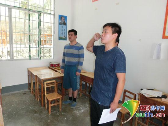 王浰源/中国人民公安大学支教团成员王浰源面对党旗庄严宣誓。