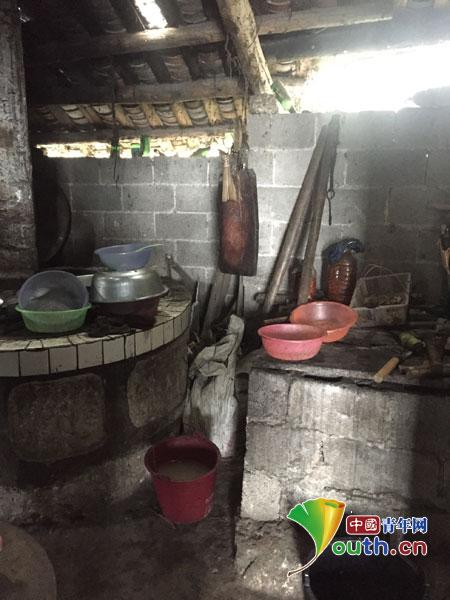 中南大学支教团成员走访花垣县贫困学生家庭。图为贫困生家庭的屋内一角。