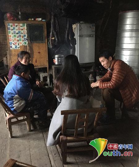 中南大学支教团成员走进贫困生家庭进行家访。图为支教团成员与贫困生家庭成员进行交流。