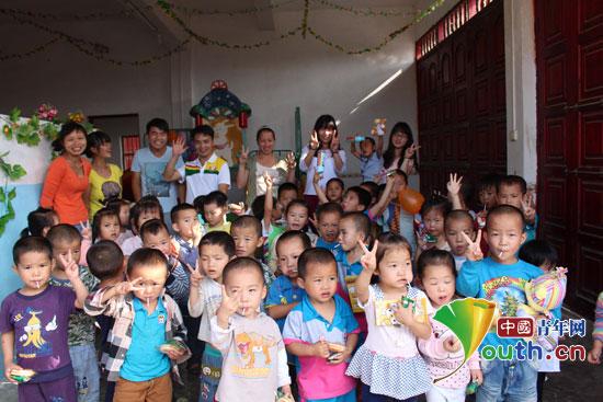 天峨县志愿者与平腊村幼儿园小朋友合影.