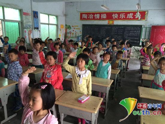 为马畅镇中心小学一年级三班的孩子们接受,了解少先队贡献出了一份