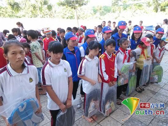 并为学校贫困学生送去了爱心书包,图书,学习用品等.