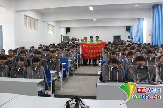 河南理工大学研究生支教团成员与南涧县民族中学学生