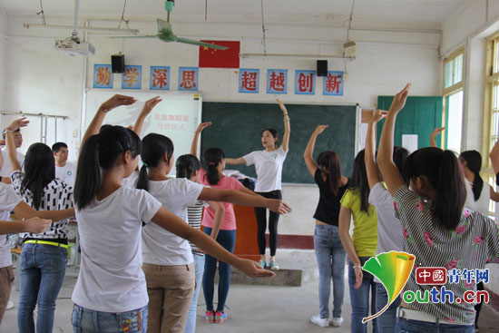 团成员付惟楚在教授舞蹈课