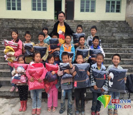 浙江理工大学研究生支教团成员与留守儿童合影
