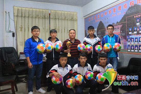 南京农业大学学生会向龙山中学捐赠爱心足球