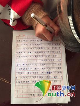 隆德二中学生在信纸上写下对父母之爱的告白.赵施同 摄