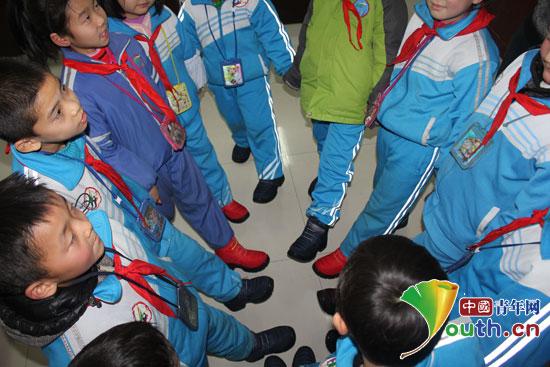 中国青年网北京1月8日电(记者李彦龙 通讯员姚翔宇)1月7日下午,服务于新疆自治区巴音郭楞自治州州直单位的西部阳光志愿服务队志愿者走进库尔勒市第六小学和库尔勒市育才学校,为学校的农民工子女发放了棉鞋。    西部阳光志愿服务队志愿者走进库尔勒市第六小学和育才学校为农民工子女发放棉鞋。姚翔宇供图   2015年12月,库尔勒市连续几天大雪,有部分贫困农民工家庭的孩子还穿着单鞋。西部阳光志愿服务队的志愿者们在得知这一情况后,通过与江苏南通爱心互助社联系,申请到120双棉鞋,500套冬衣(旧)等爱心物资。1