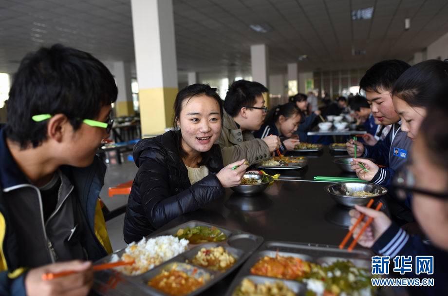 1月6日,青海西宁,王媛媛(左二)和同学们一起在学校食堂内吃午饭.