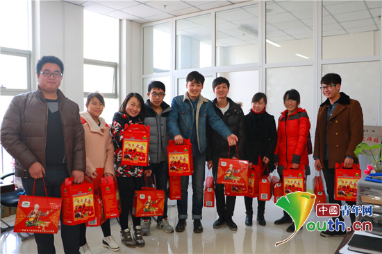 第二师铁门关市团委给志愿者发放春节慰问品