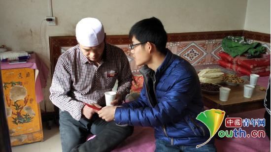 图为福州大学第十七届研究生支教团成员向学生家长转交爱心人士的助学款。巫俊供图