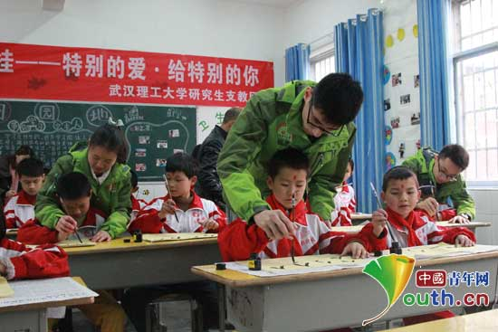 中国青年网北京3月30日电(记者李彦龙 通讯员左宇轩 潘君)童蒙之学,始于衣冠;先正衣冠,后明事理。近日,武汉理工大学研究生支教团来到三都县特殊教育学校,为27名聋哑儿童举办了一场别开生面的人生开笔礼,让特殊儿童体验中国优秀传统文化,激励同学们珍惜读书机会,勤奋学习,尊师孝亲。    武汉理工大学研究生支教团来到三都县特殊教育学校为27名聋哑儿童举办人生开笔礼。图为活动现场。潘君供图   下午3点,开笔礼仪式正式开始。在特校支教的志愿者潘君先用手语向同学们介绍了开笔礼是中国传统文化中对少