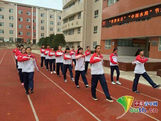 东北农业大学研究生支教团在龙里县第三中学组建新一届国旗护卫队.