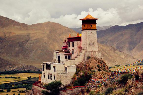图为雍布拉康,它位于西藏山南地区泽当镇东南,是西藏历史上的第一座宫殿。   (四)山南的雪顿   雪顿节的大部分时间都在山南度过,这是早就梦寐以求的。   以前的自己不是个爱凑热闹的人,但这次不知道为什么那么渴望和大家聚在一起。   以前没法理解所谓的战友是怎样的一种情结,现在明白,我们就是一帮战友,被共同的理想和使命召唤在一起,这种感情不需要太多打磨、考验,便在短暂的时间里凝聚为一种兄弟姐妹的情谊。我们十几个人围着一桌花了两个小时做的饭,我们三三俩俩在夜晚街头引吭高歌,我们共赴母鹿后腿上的宫殿,我们