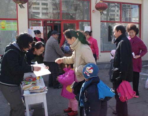 哈工大幼儿园小朋友为柳垭小学捐赠玩具和图书