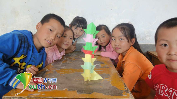 小朋友学会了用折纸叠宝塔感受到合作的快乐