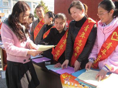 团县委组织西部计划之者积极参与法制宣传,志愿者们向路人及群众发放