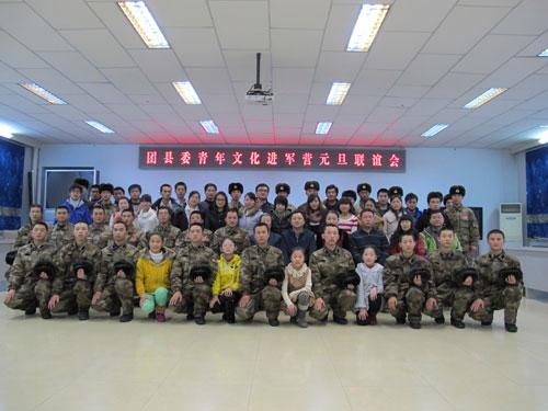 吉木萨尔志愿者进军营感受部队文化