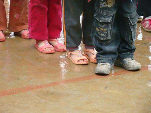 中国 孩子/乍暖还寒的三月天,孩子穿着凉鞋