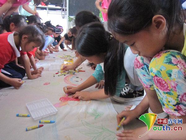 孩子们在绘画-融水志愿者首开贝林小学第一课画出七彩人生