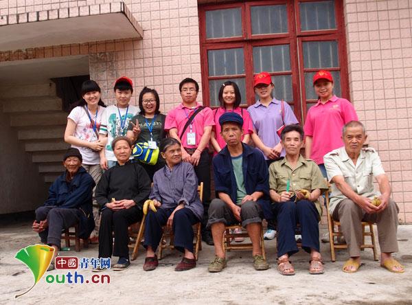 凤山志愿者关爱老人 相亲相爱一家人图片