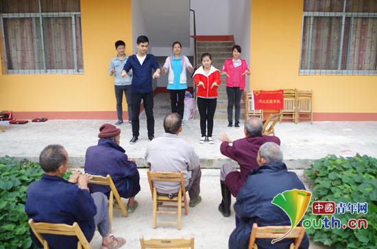 关爱孤寡老人活动.-广西凤山县志愿者教孤寡老人学习手指养生操图片