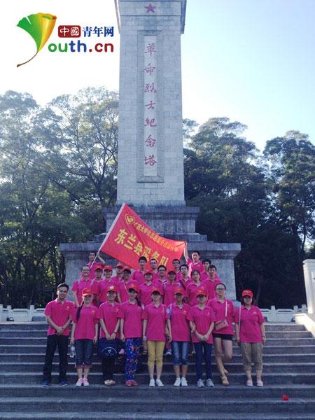 者参观革命烈士纪念塔