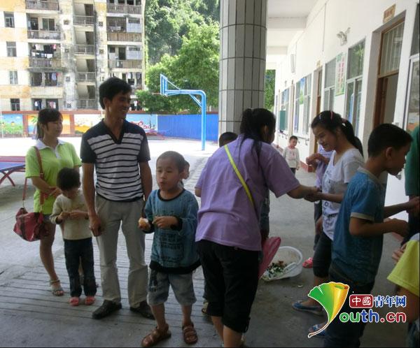 东兰县志愿者开展关爱助残活动播撒爱心
