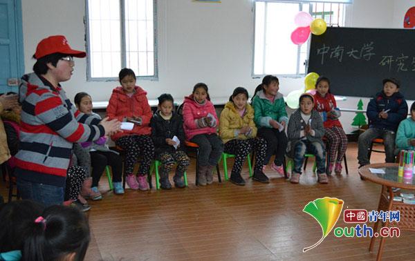 志愿者教唱歌曲-中南大学支教团 七彩小屋里的欢乐梦想