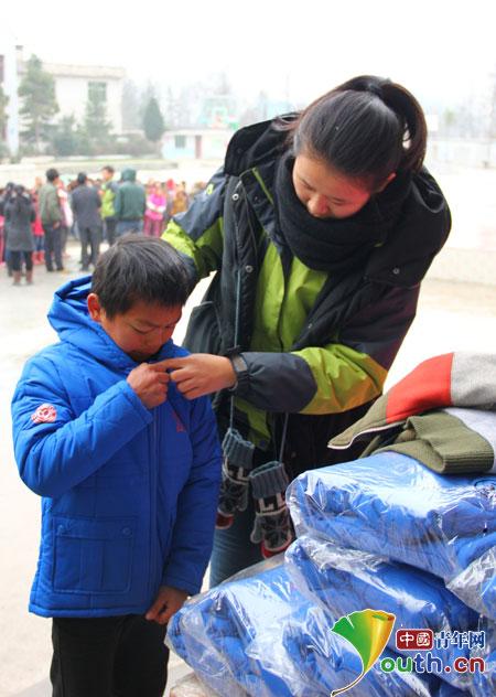 武汉理工大支教团赴麻芝乡发新年新衣