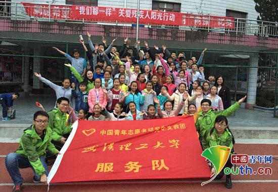 中国青年网北京12月7日电(记者李彦龙 通讯员陆文琪)在第24个国际残疾人来临之际,近日,武汉理工大学十七届研究生支教团三都服务队来到鹏城希望学校,开展我们都一样关爱残疾人主题活动。志愿者向学校师生及家长进行了关爱残疾人知识科普宣传,同学校师生开展残疾人体验游戏,受到了学校师生广泛关注和热烈欢迎。    武汉理工大学十七届研究生支教团三都服务队来到鹏城希望学校开展关爱残疾人主题活动。陆文琪供图   中午放学时分,志愿者便在学校门口布置好了宣传展位,我们都一样几个大字引人注目,宣传台迅速被家长和学