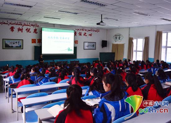南京农业大学研究生支教团举办青春讲堂为巩留县二中女生成长导航.