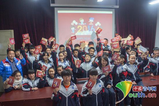 南京农业大学研究生支教团为龙山中学和龙山小学孤儿发放新年红包.