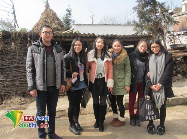 南京理工大学研究生支教团成员在曹松家门前合影