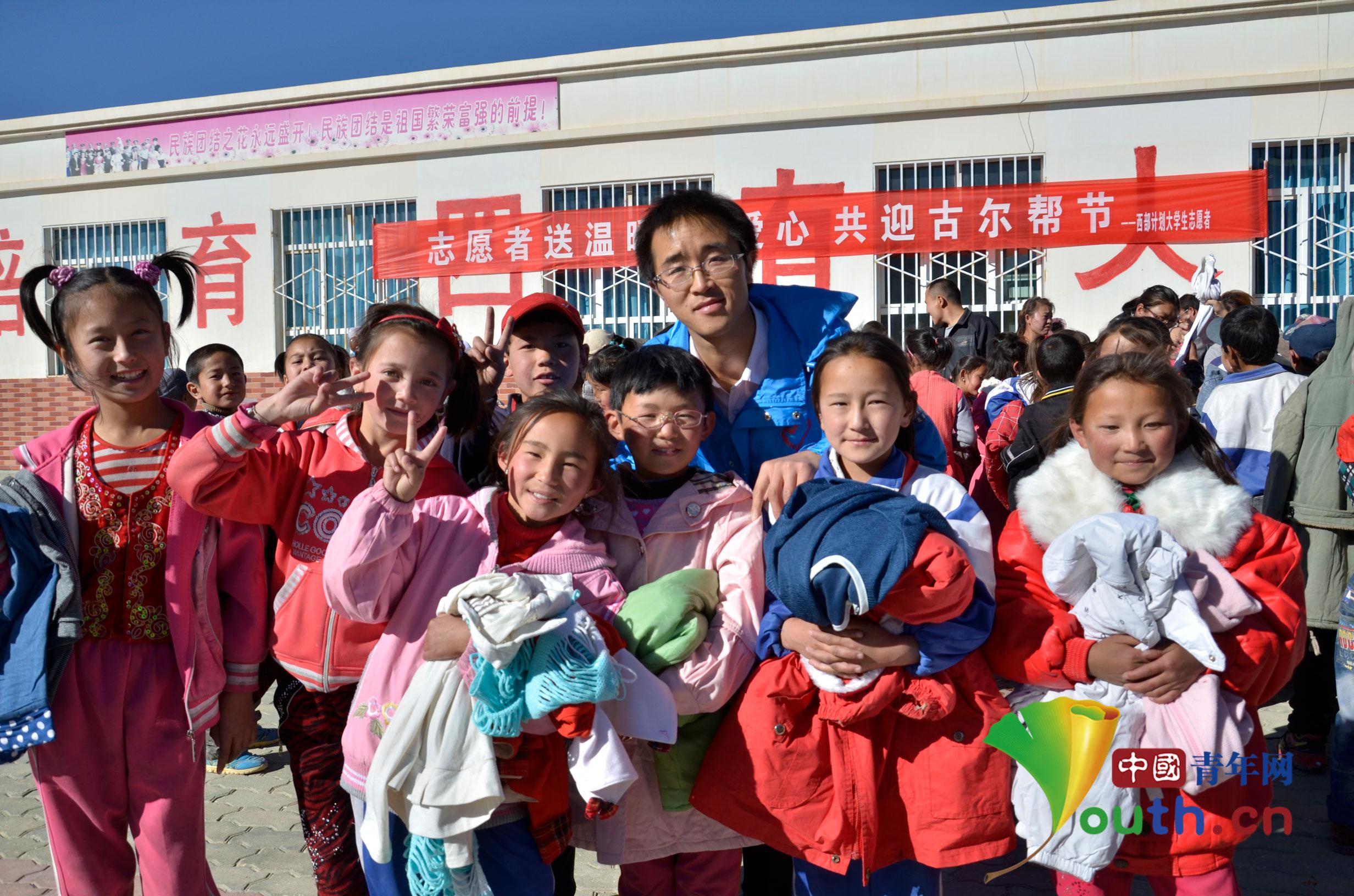 下午志愿者将募集的三百余件棉衣和三个足球,以及通过山东青岛恒爱