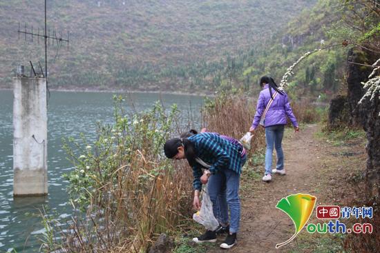 华北水利水电大学研究生支教团带领团员和志愿者代表在龙滩口水库