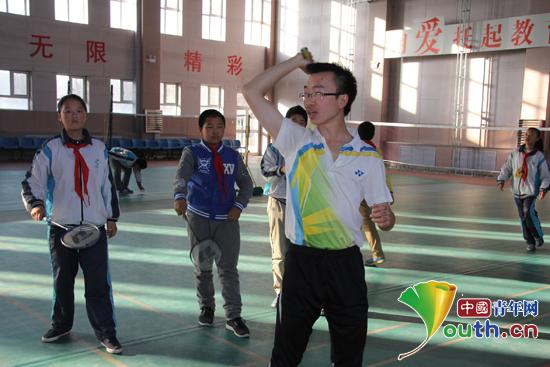 对外经贸大学研究生支教团成员孔君为学生示范击球动作.孔君供图-