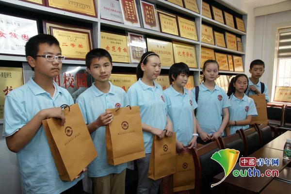马畅中学学生收到西安建筑科技大学附中赠送的纪念品
