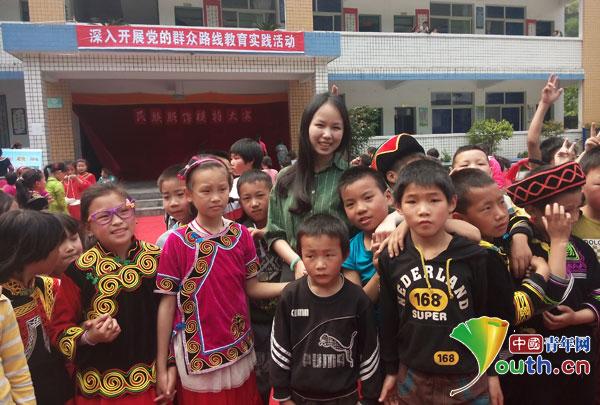 浙江理工大学研究生支教团成员褚霞与孩子们一起合影