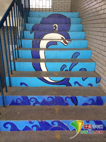 青岛科技大学支教团手绘楼梯扮靓校园文化