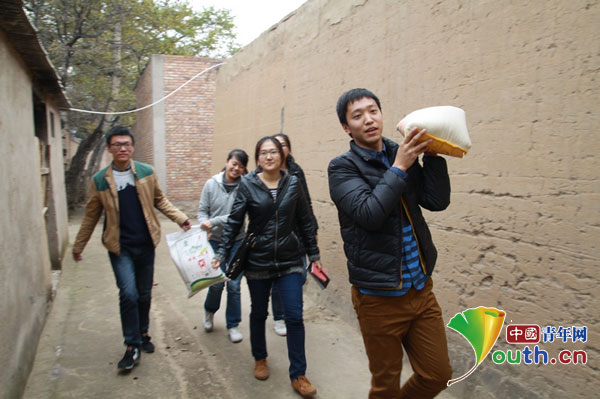 大连海事大学支教团开展走访为贫困户送温暖