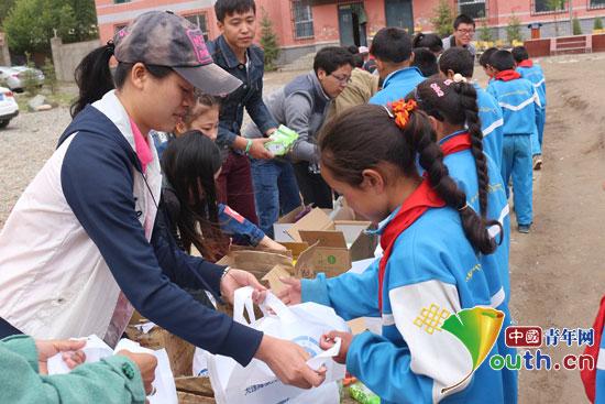大连海事大学第16届研究生支教团志愿者们在扎毛中心