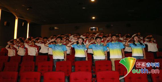 观影结束后东北农业大学研究生支教团成员与44名留守儿童一起向抗日图片