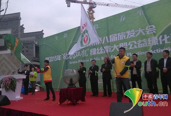 东北农业大学研究生支教团志愿者代表上台接受领导授旗.-东北农大图片