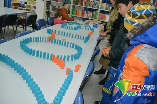 新疆巴楚县志愿者与社区儿童制作手工艺品