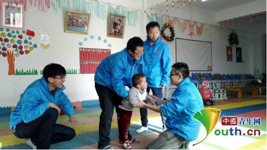 中国青年网北京12月15日电(记者李彦龙 通讯员李伟鹏)12月13日,新疆自治区喀什市西部计划志愿者们来到喀什市母亲之家残疾儿童服务中心,为这里的孩子们送来了冬日所需的棉被。  喀什市志愿者们来到残疾儿童服务中心为孩子们送来棉被。李伟鹏供图   由于语言的差异,刚到母亲之家的时候志愿者们还有些陌生,但很快就被这些残疾儿童的笑容所融化。这里的儿童大部分都是脑瘫儿童,在行走方面有一些障碍,志愿者就帮助他们做一些简单的行走康复训练。  喀什市志愿者帮助残疾儿童做行走康复训练。李伟鹏供图   此次慰问活动受到