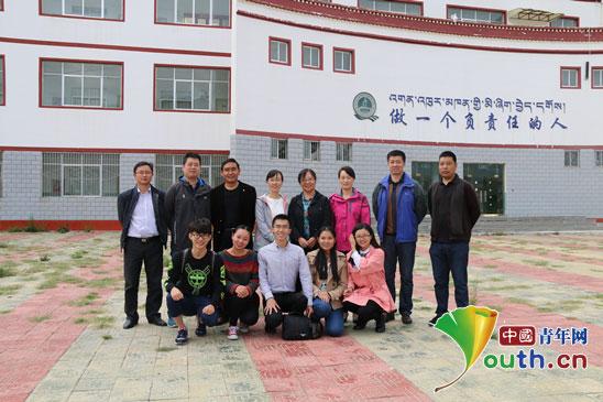 中南民族大学研究生支教团成员和校领导及培训老师的合影.-中南民