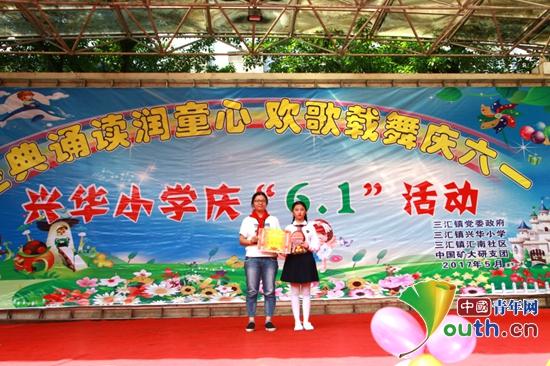 中国矿大研支团与兴华完小孩子载歌载舞庆六一